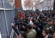 Photo of Etirazçılar Ermənistan parlamentinin binası qarşısında toplaşdı